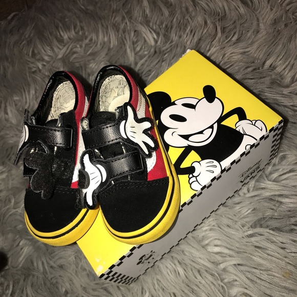be1bfc4fd9b Vans Old Skool V Disney Mickey Mouse Hugs (TD). M 5c4e53a8f63eea68ef372d79